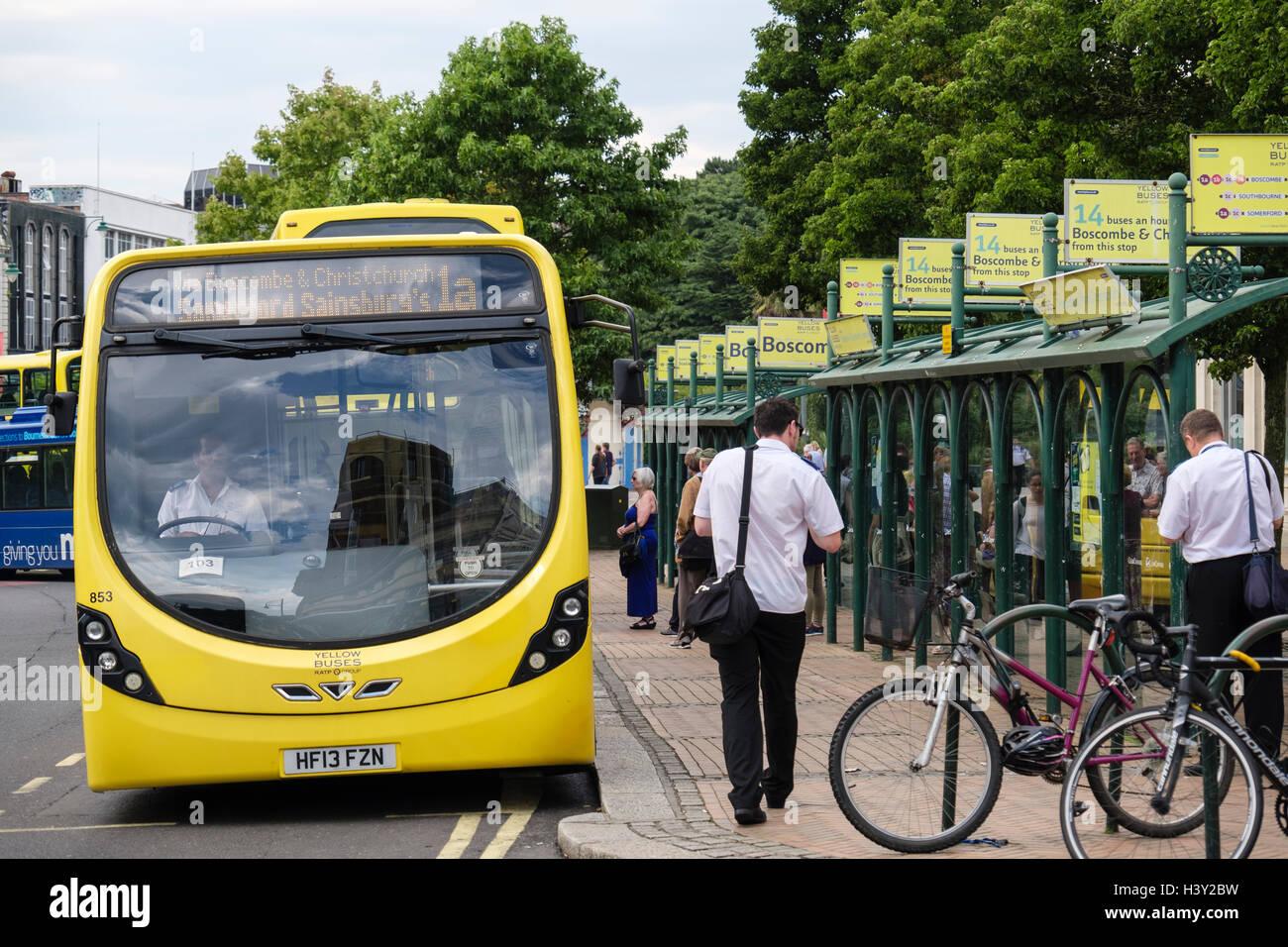 Autobuses amarillos en las paradas de autobuses de pasajeros que esperan en el centro de la ciudad. Bournemouth, Imagen De Stock