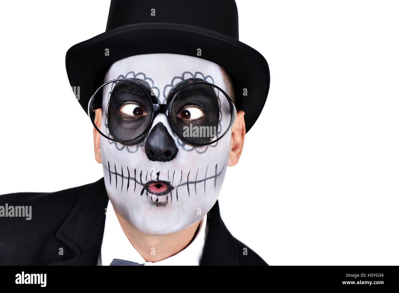 Primer plano de un hombre con una mexicana calaveras maquillaje ... 8ceb9336000