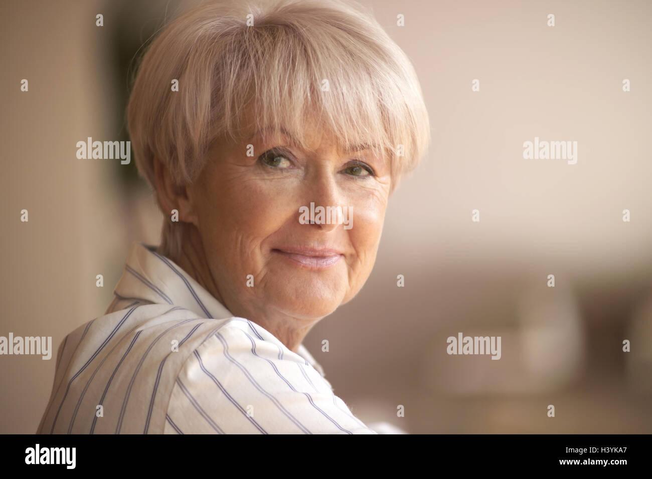 Senior Sonrisa Retrato Mujer 60 65 Anos Pelo Corto Peinado