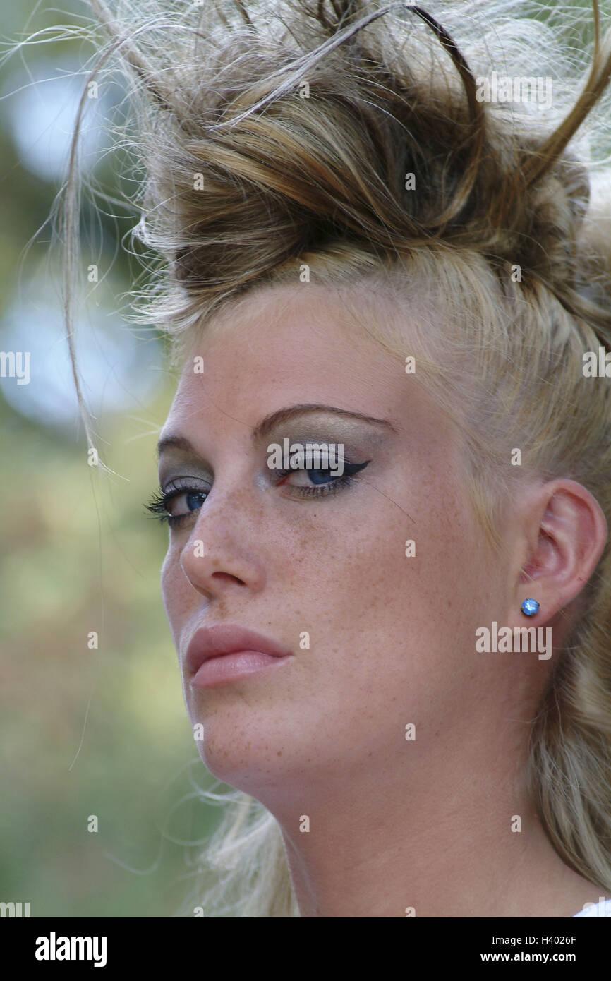 Mujer, joven, serio, livianos, retrato, personas jóvenes, de 21 años, las mujeres del retrato, la provocación, el estilo, el ver, arrogantemente, con arrogancia, provocando, greasepaint, compuesto, maquillaje, llamativamente, brillantemente, pelos, colgada, peinado, punkig, suciedad, moda, moda, 20-30 años Foto de stock