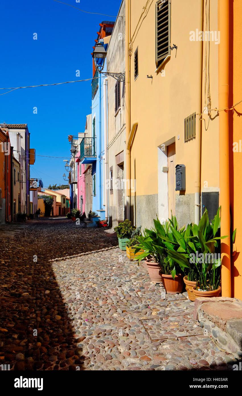 Escena callejera en Bosa, Cerdeña, Italia Foto de stock