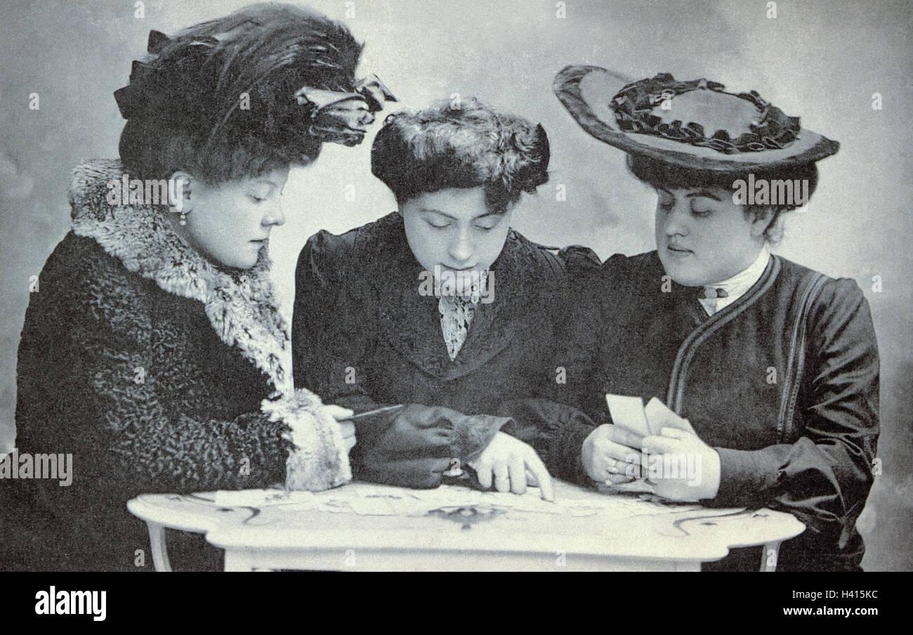 La nostalgia, la mujer, tres tarjetas postales, escribir, seleccionar b/w, fuera nostálgica del pasado, saludo, Imagen De Stock