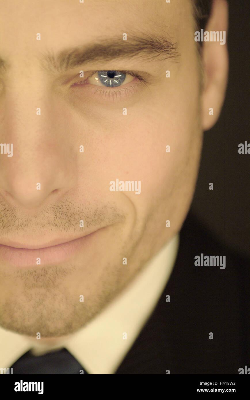 Hombre, mira, el detalle, la sonrisa, considere el empresario, gerente, ojos, ojos azules, morena, traje, auto-confianza, Foto de stock