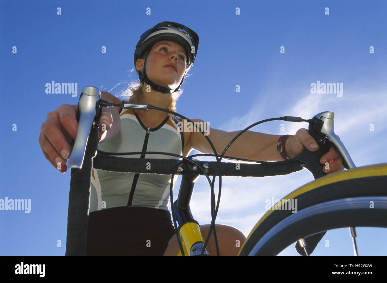 Ciclista, detalle, luz de fondo, desde abajo, sportswoman mujer, 20-30 años, racing radián, ciclista, tiempo libre, ocio, deporte, actividad física, el deporte de ocio, de excursión en bicicleta, paseos en bicicleta, Rennradfahren, conducción de bicicletas, salud, fitness, formación, condición, verano, perspectiva. Foto de stock