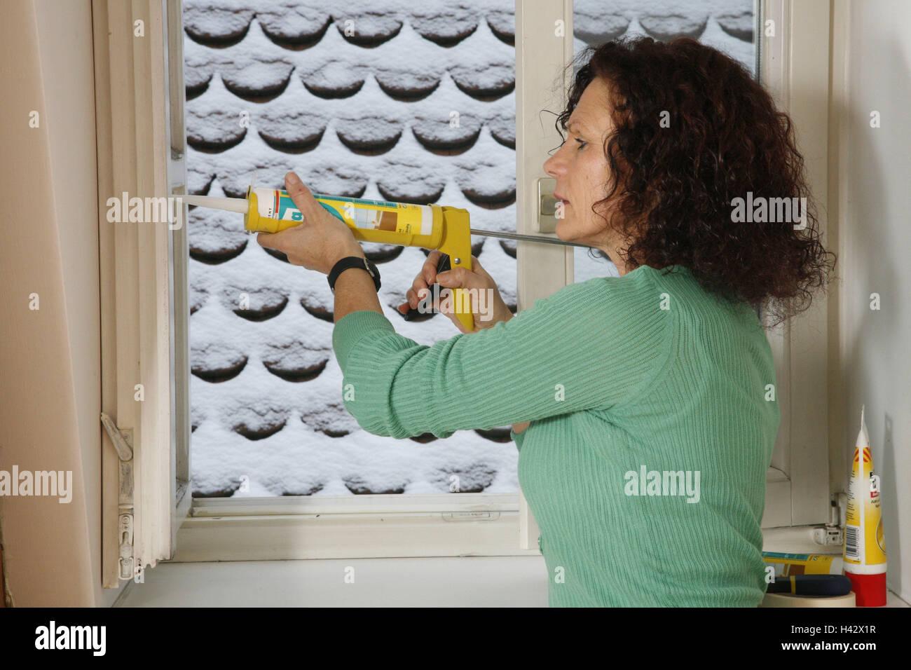 Mujer, jeringa de silicona, marco de la ventana, el sello, el modelo ...
