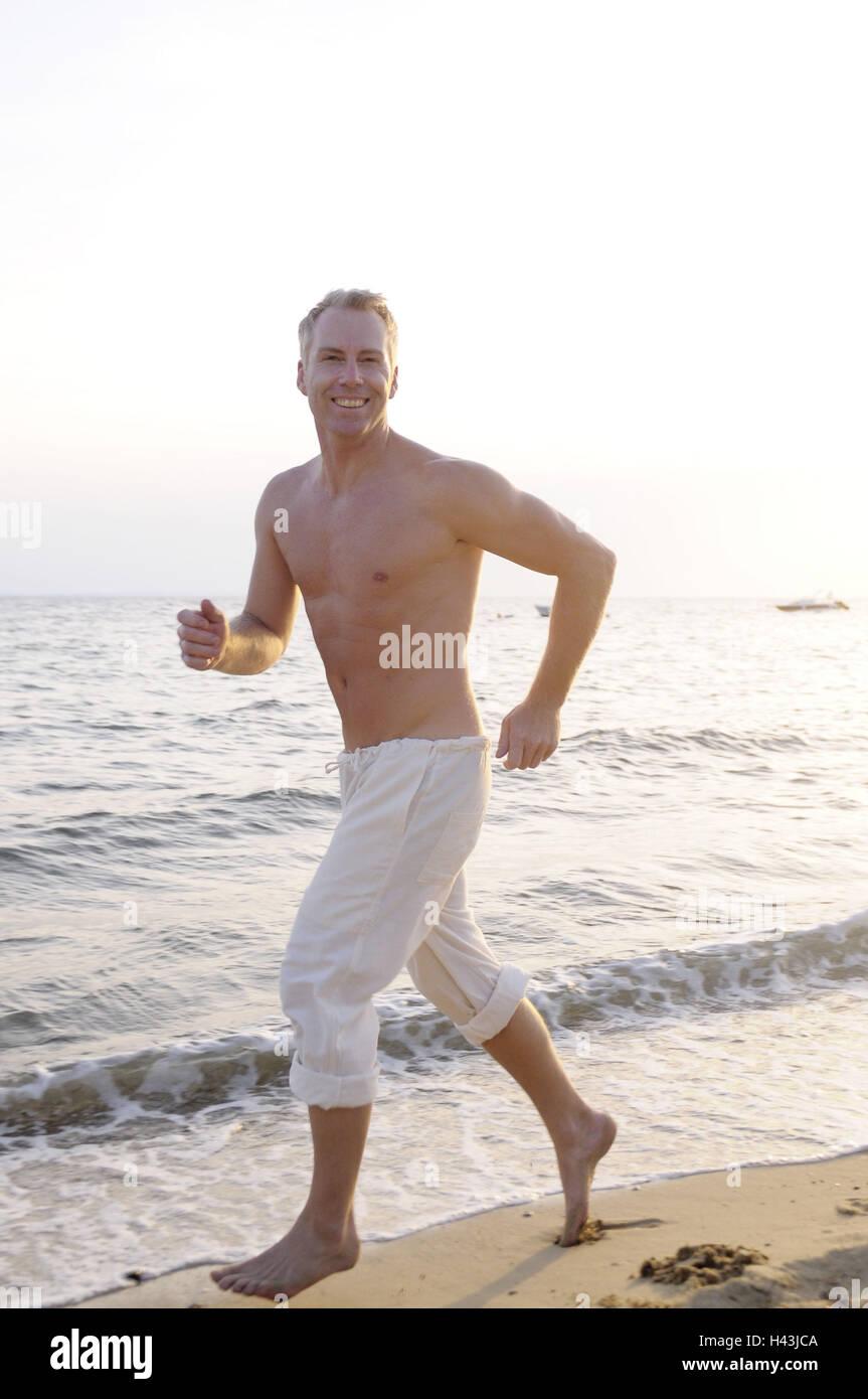 Hombre, persona de edad media, libre en la parte superior del cuerpo, playa, trotar, modelo liberado, Imagen De Stock