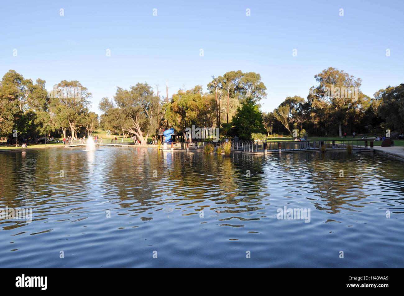 Perth, WA,Australia-October 19,2013:Sinergia Parkland en King's Park Gardens con turistas, estanque, árboles Imagen De Stock