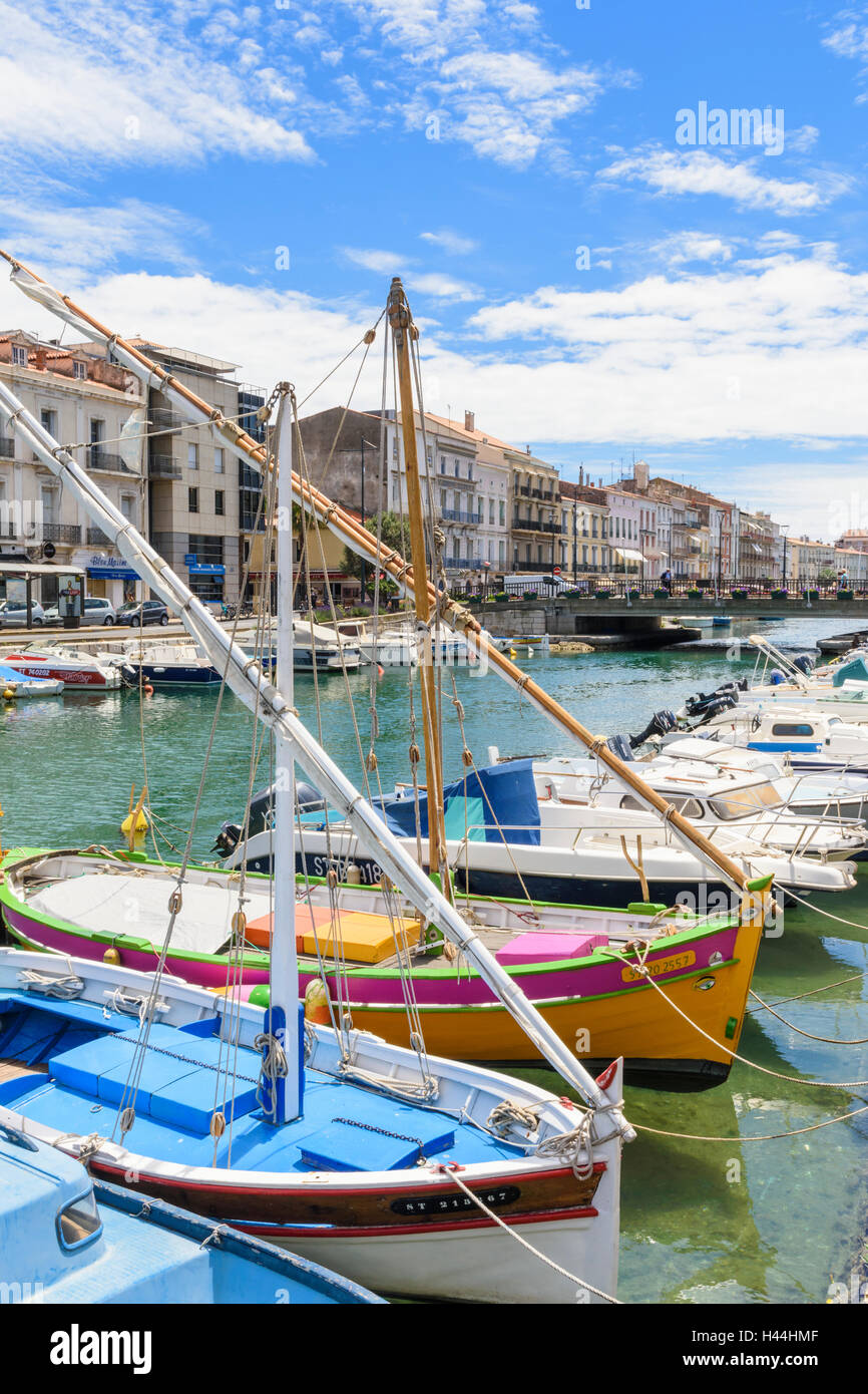 Pequeños barcos amarrados a lo largo del Canal Real que atraviesa el oriente de Sète, Hérault, Francia Imagen De Stock