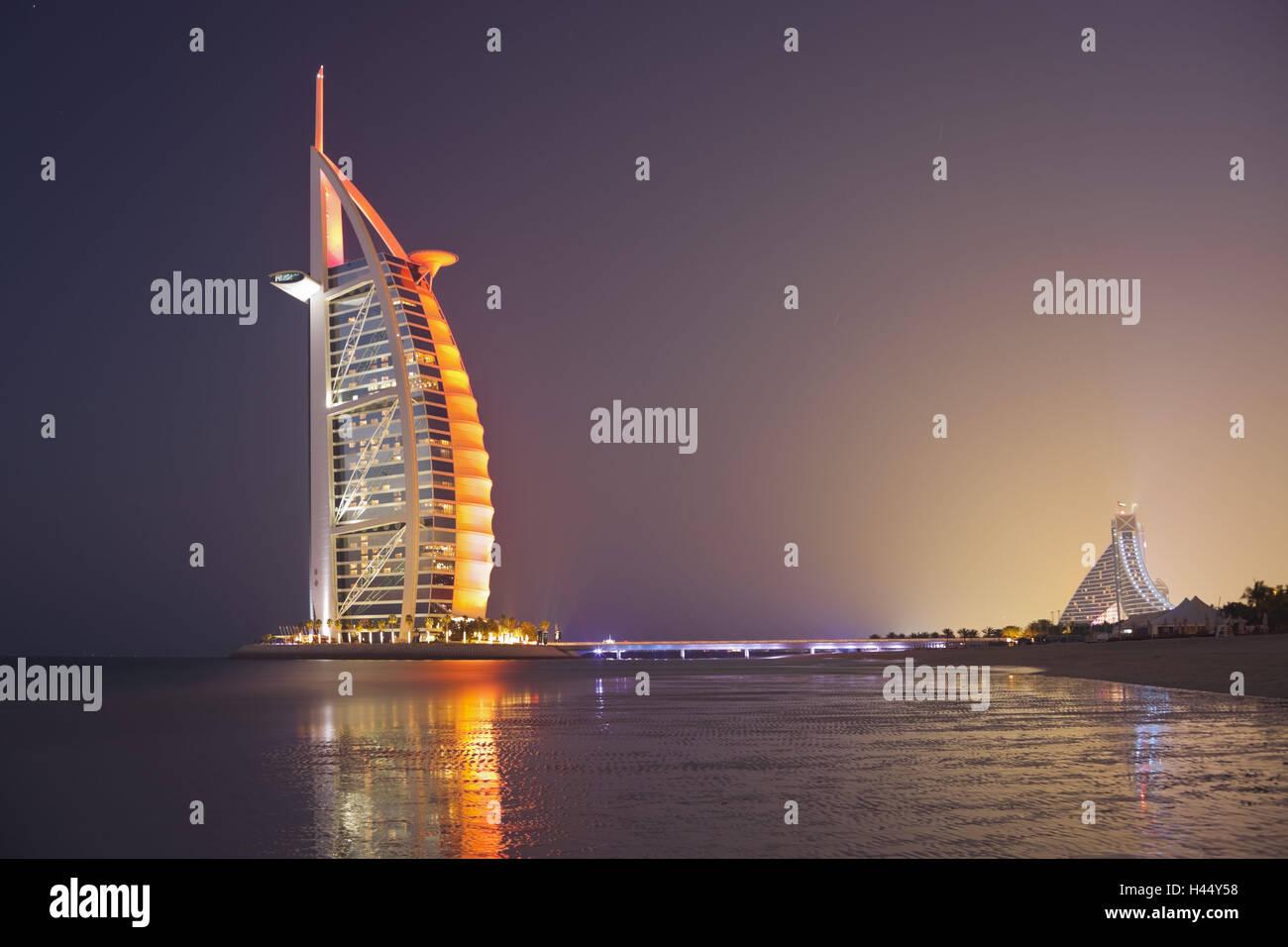 Los Emiratos Árabes Unidos, Dubai, Burj Al Arab, el humor, la noche Imagen De Stock