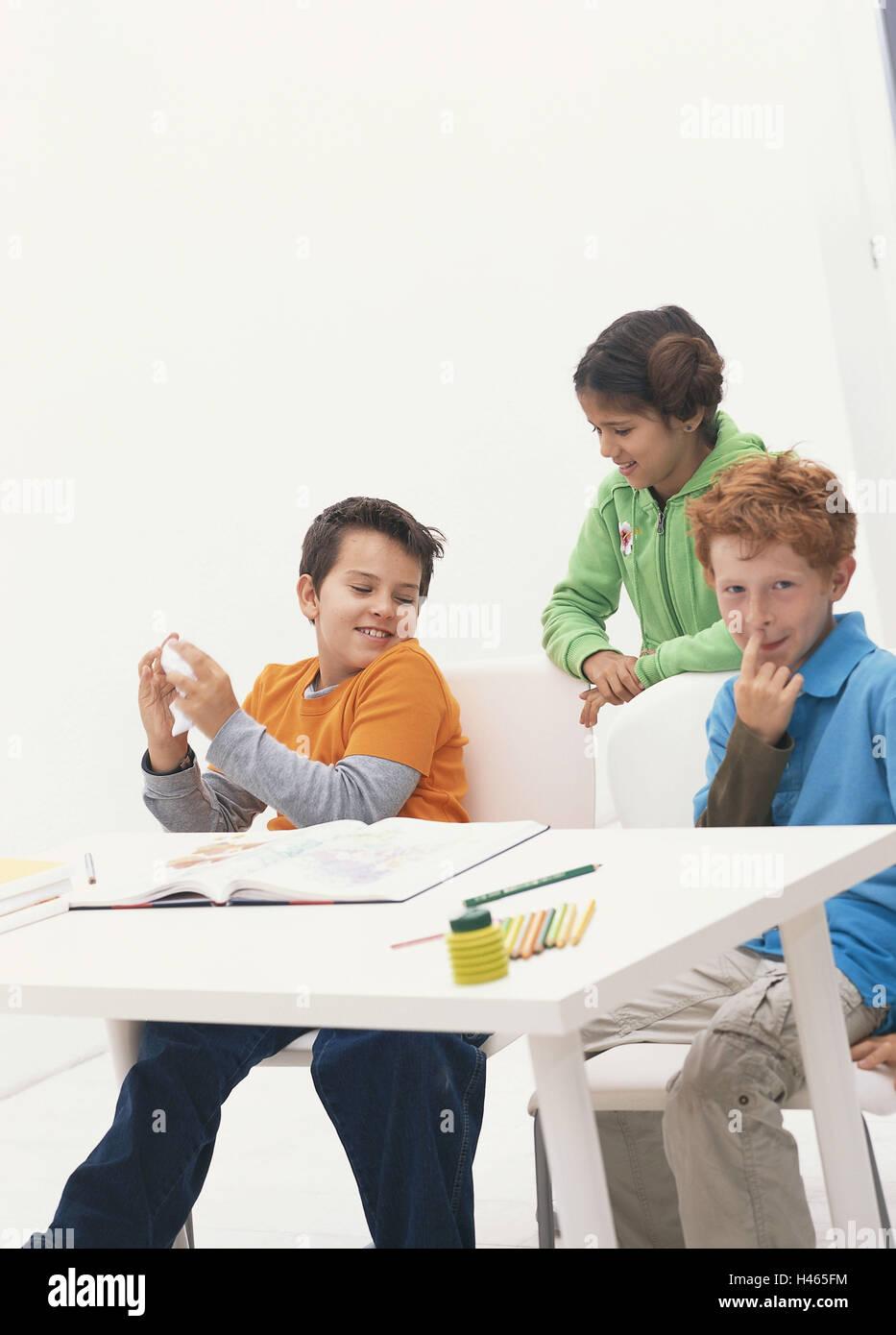 La escuela, el aula, romper el colegial, broma, burla pupitres escolares, vacaciones escolares, persona, niños, tres, escolares, alumnos de primaria, los amigos de la escuela, los amigos, la conversación, feliz, periodo de vida, el horario escolar, la educación obligatoria, en el interior, Foto de stock