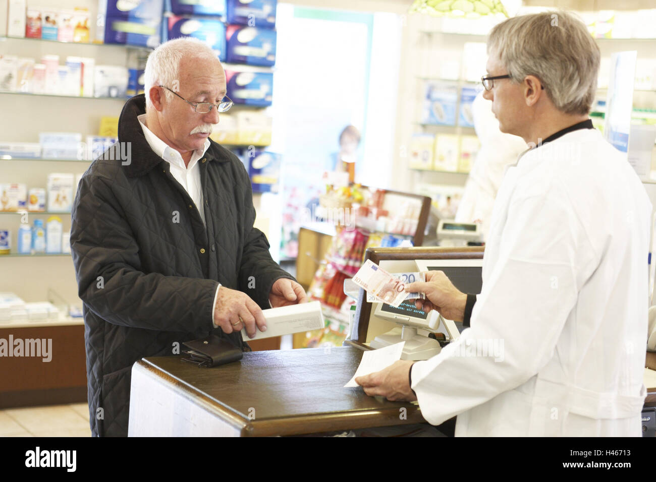 Hombre, farmacia, receta, drogas, pagar, Foto de stock