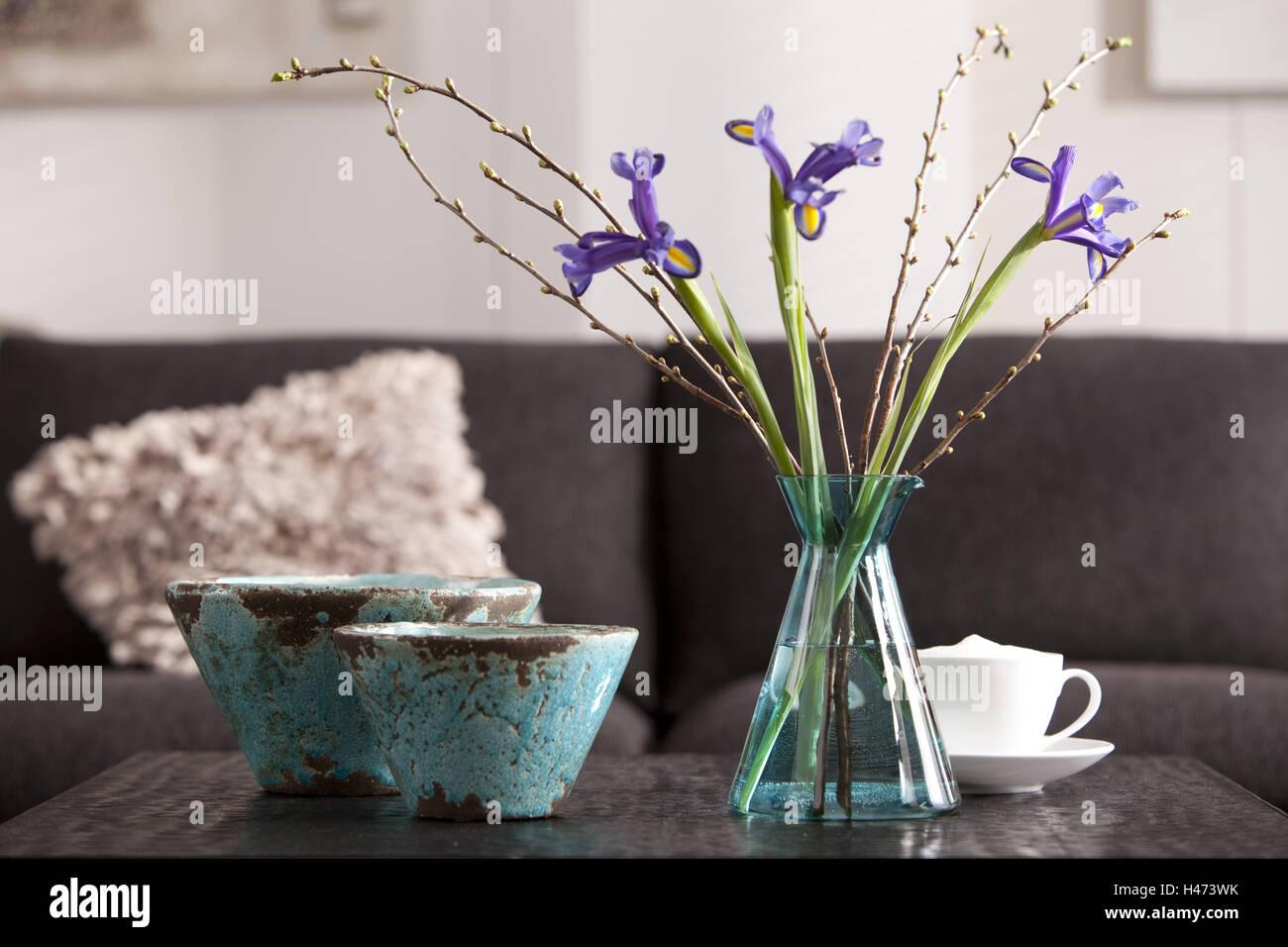 Interieur, bolos, el jarrón, las flores, taza, almohada Foto de stock