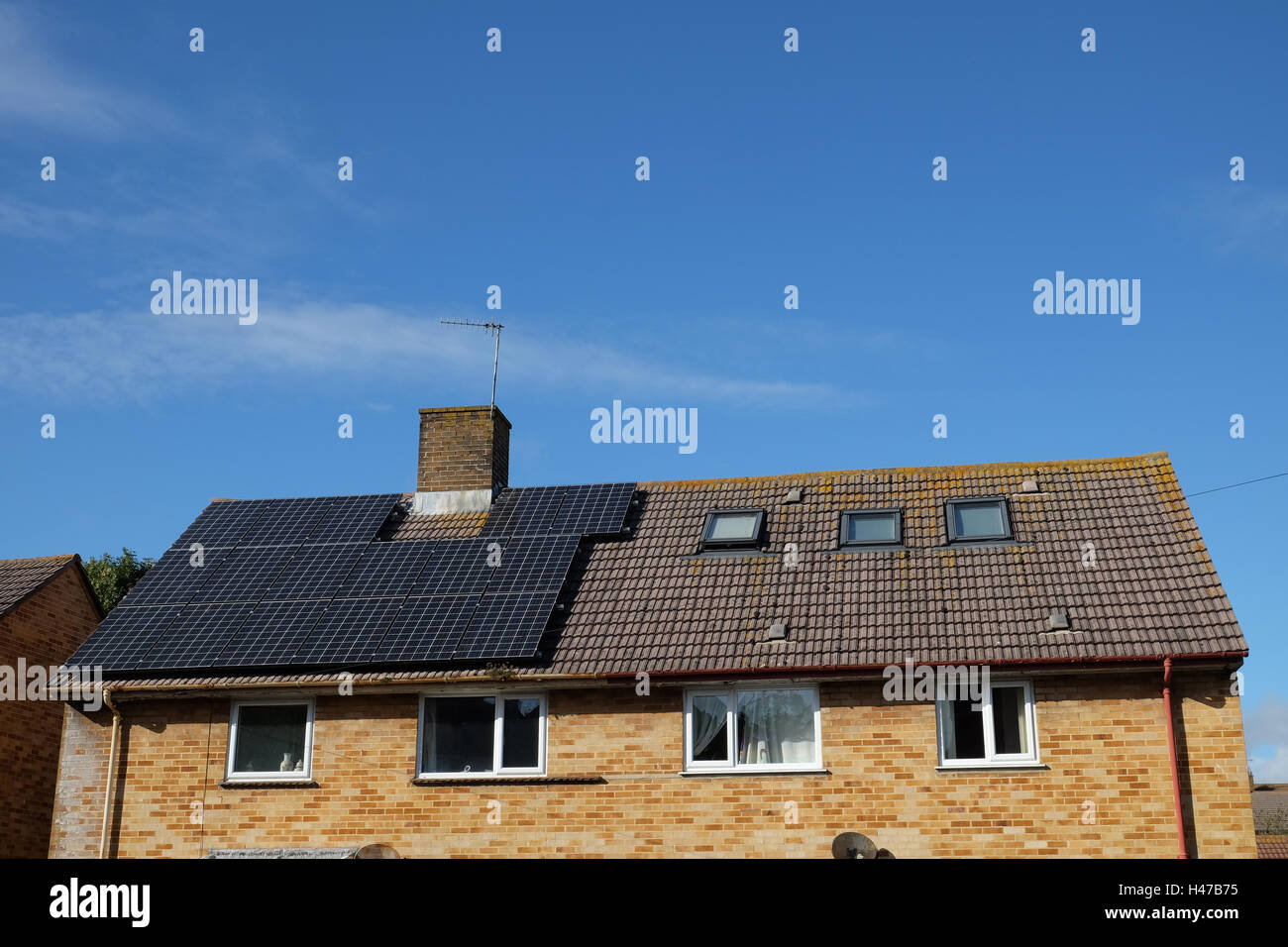 Paneles solares en una casa de 1960 Imagen De Stock