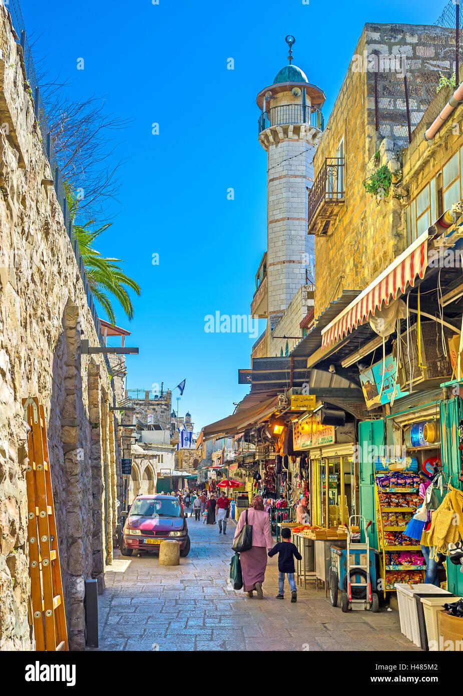 El minarete blanco se eleva sobre el bazar en el Barrio Musulmán, junto a la Puerta de Damasco, Jerusalén Imagen De Stock