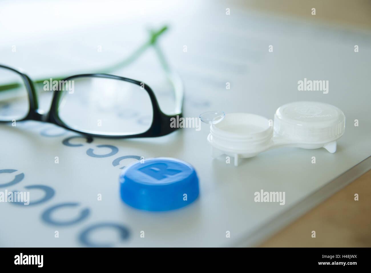355687998b Lentes de contacto y gafas acostarse sobre una prueba visual, Imagen De  Stock
