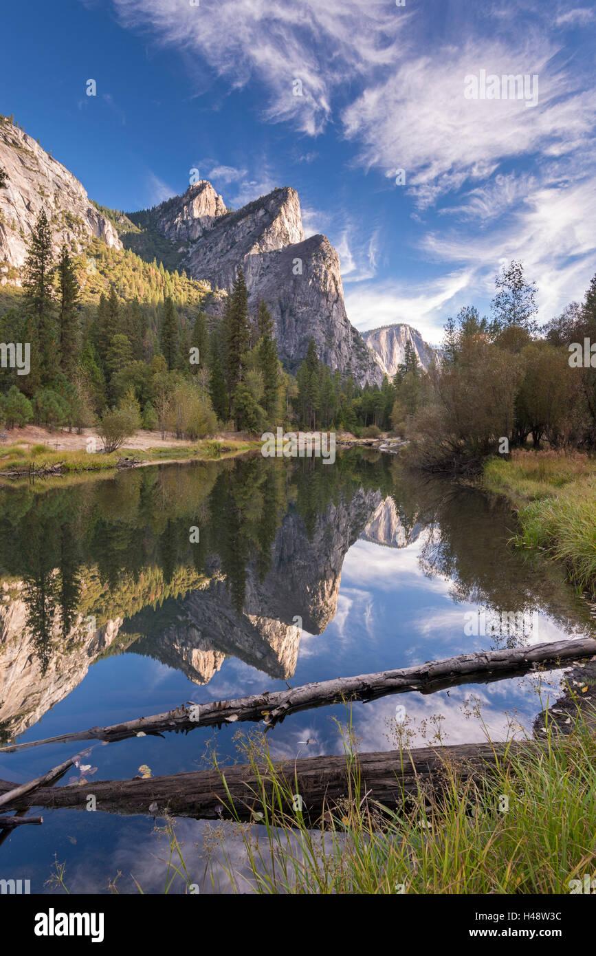 Los tres hermanos se refleja en el río Merced, en el valle de Yosemite, el Parque Nacional Yosemite, California, Imagen De Stock