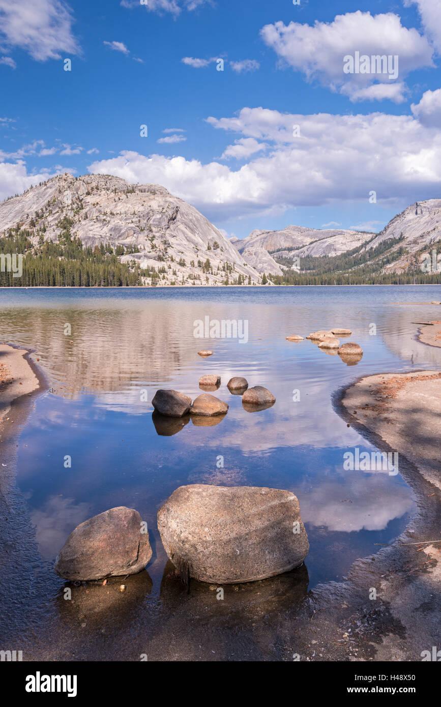 Cúpulas de granito de Yosemite se refleja en las tranquilas aguas del Lago de Tenaya, Parque Nacional Yosemite, Imagen De Stock
