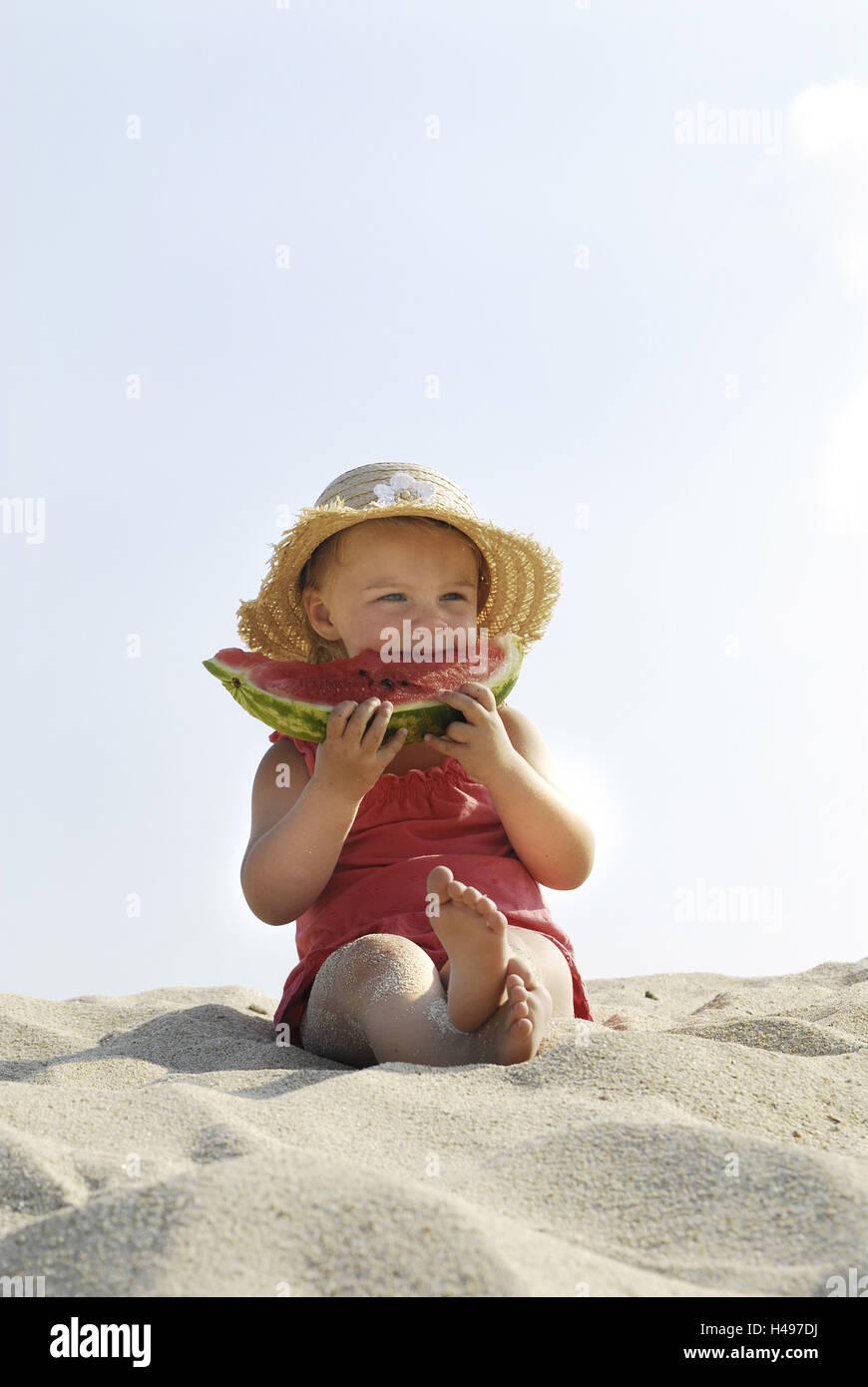 Chicas, playa, sentarse, comer melón, Imagen De Stock