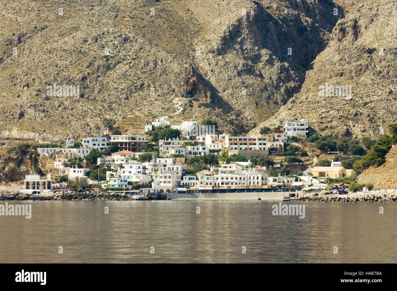 Grecia, Creta, Chora Sfakion pintorescamente yace al pie de las montañas Sfakia, Foto de stock