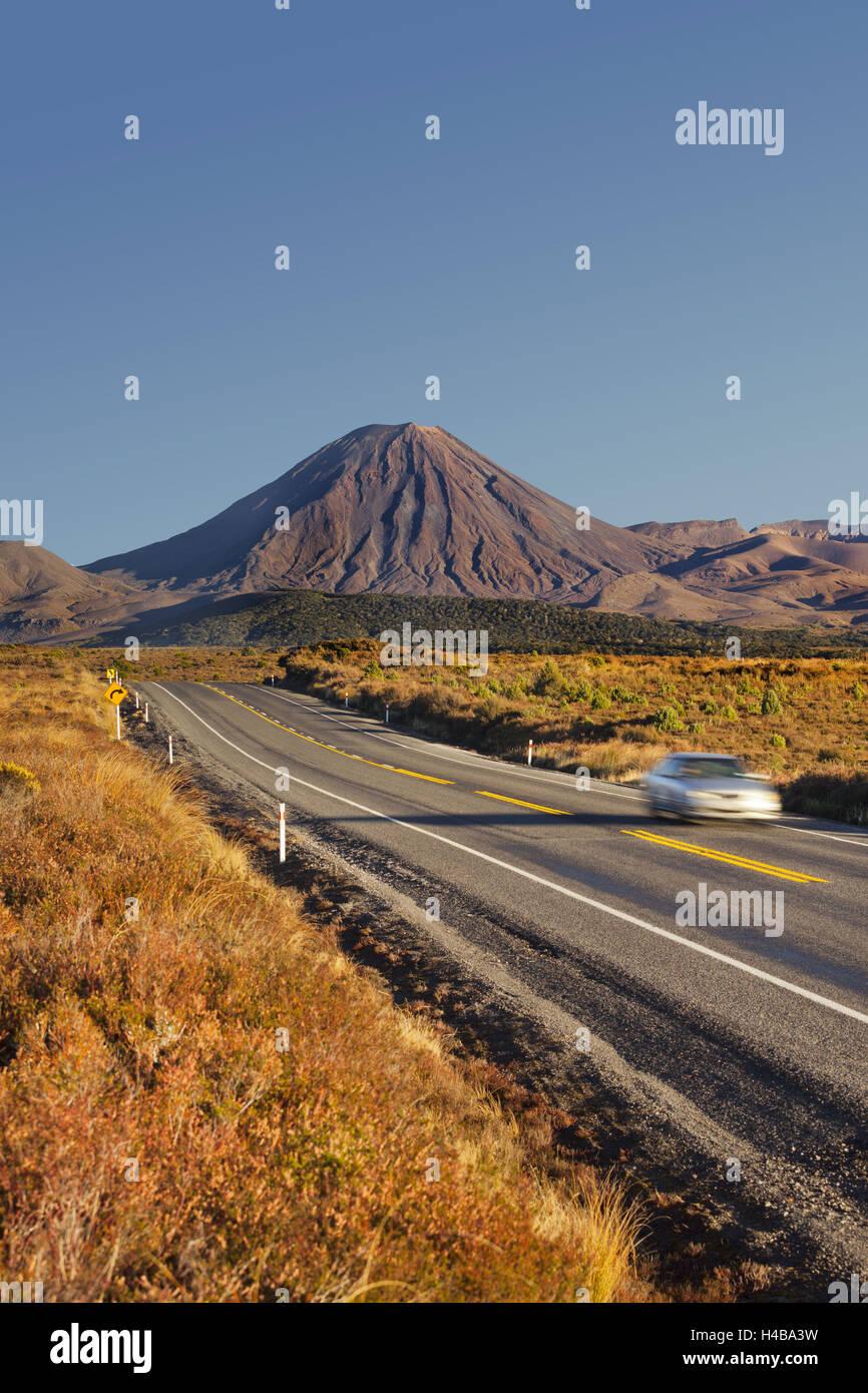 La carretera estatal número 1, el Monte Ngauruhoe, el Parque Nacional de Tongariro, Manawatu-Manganui, Isla Imagen De Stock