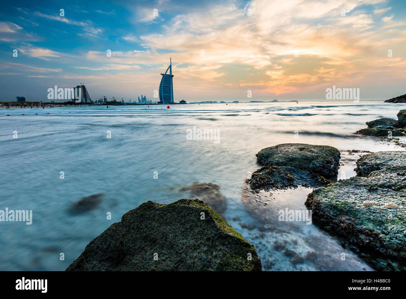 Lujoso hotel Burj Al Arab y la playa de Jumeirah, el Burj Al Arab, la Torre de los árabes, Dubai, Emirato de Imagen De Stock