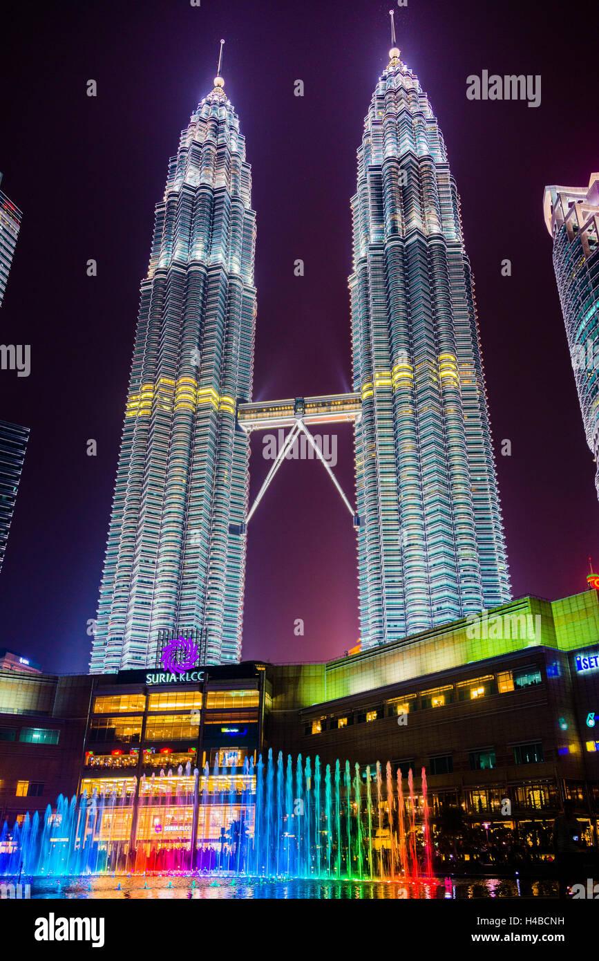 Torres Petronas iluminadas con coloridas fuente de noche, Kuala Lumpur, Malasia Imagen De Stock