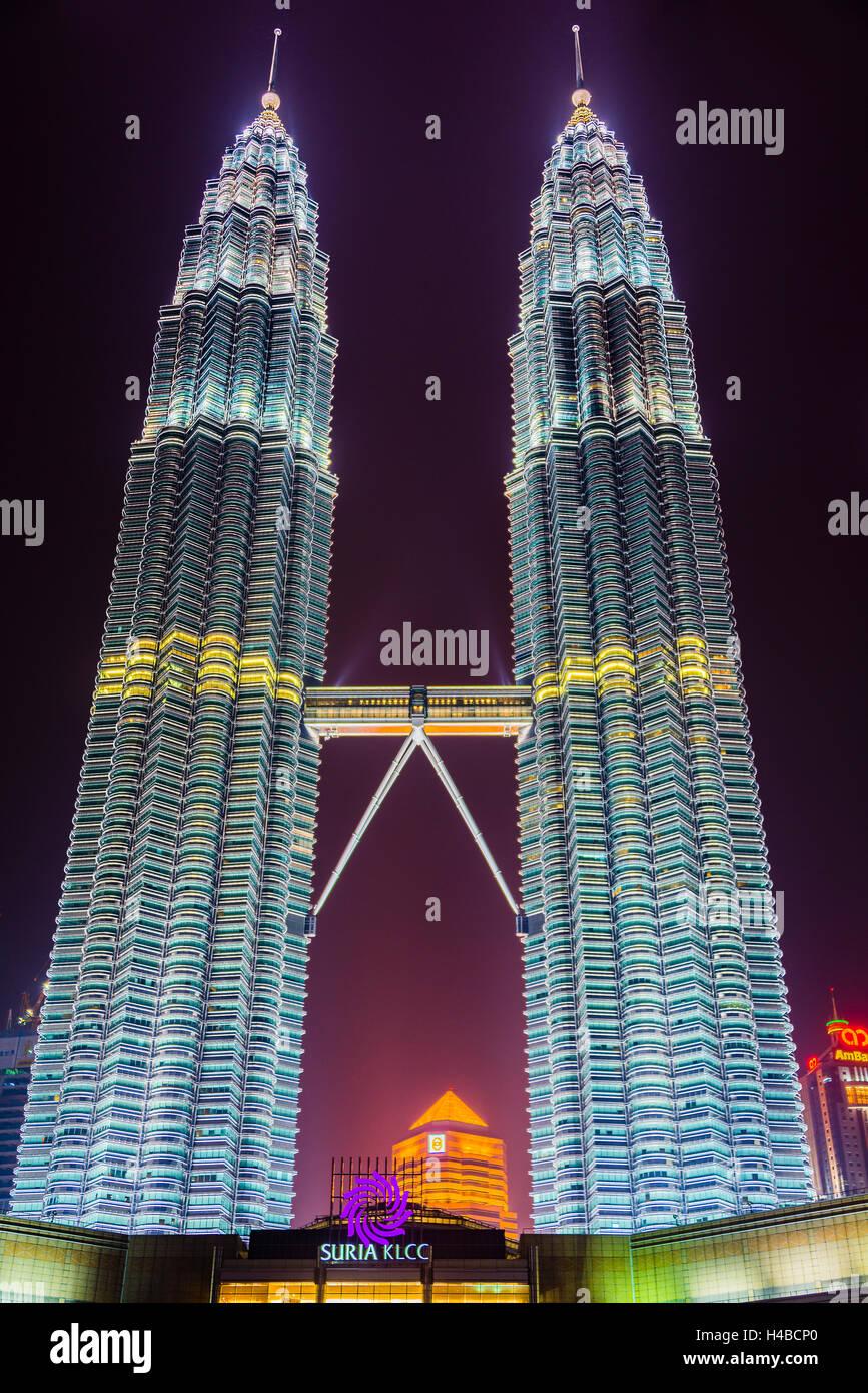 Iluminado por la noche Torres Petronas, Kuala Lumpur, Malasia Imagen De Stock