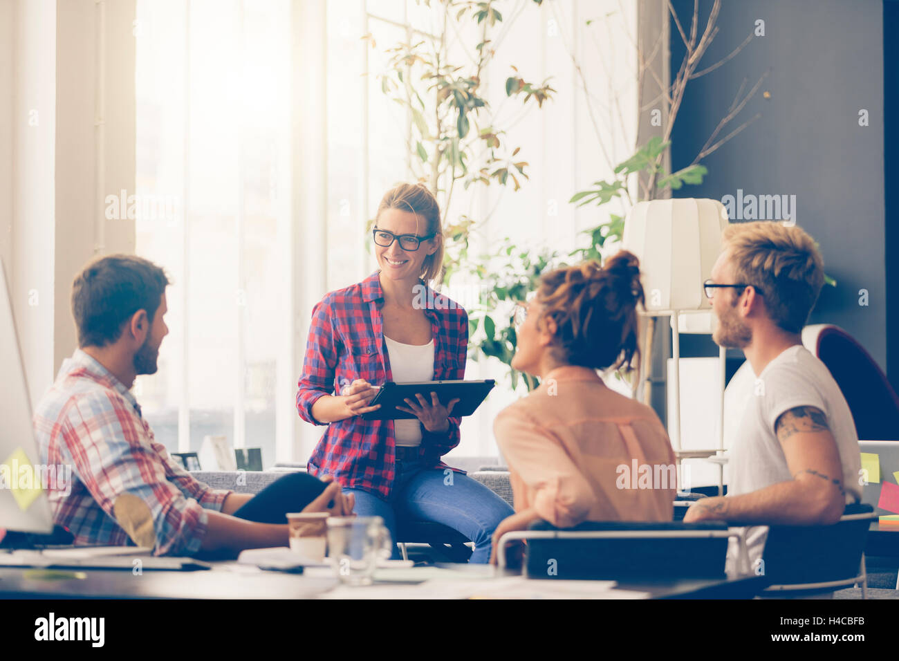 Jóvenes empresarios que trabajan en la oficina en nuevo proyecto Imagen De Stock