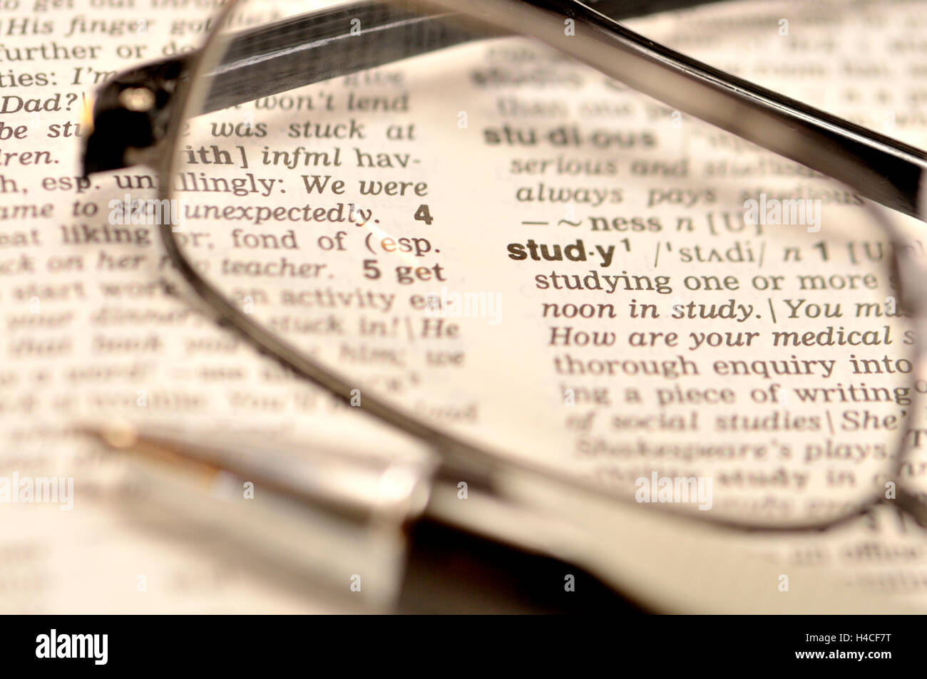 """Concepto de """"estudio"""" - Diccionario, gafas y bolígrafo Imagen De Stock"""