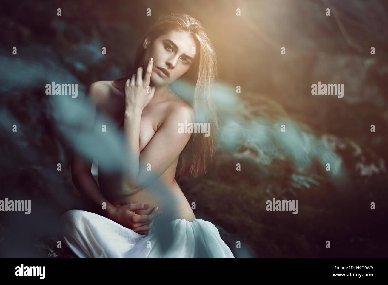 Hermosa hija de los bosques en la suave luz de ensueño. Magia y fantasía Imagen De Stock