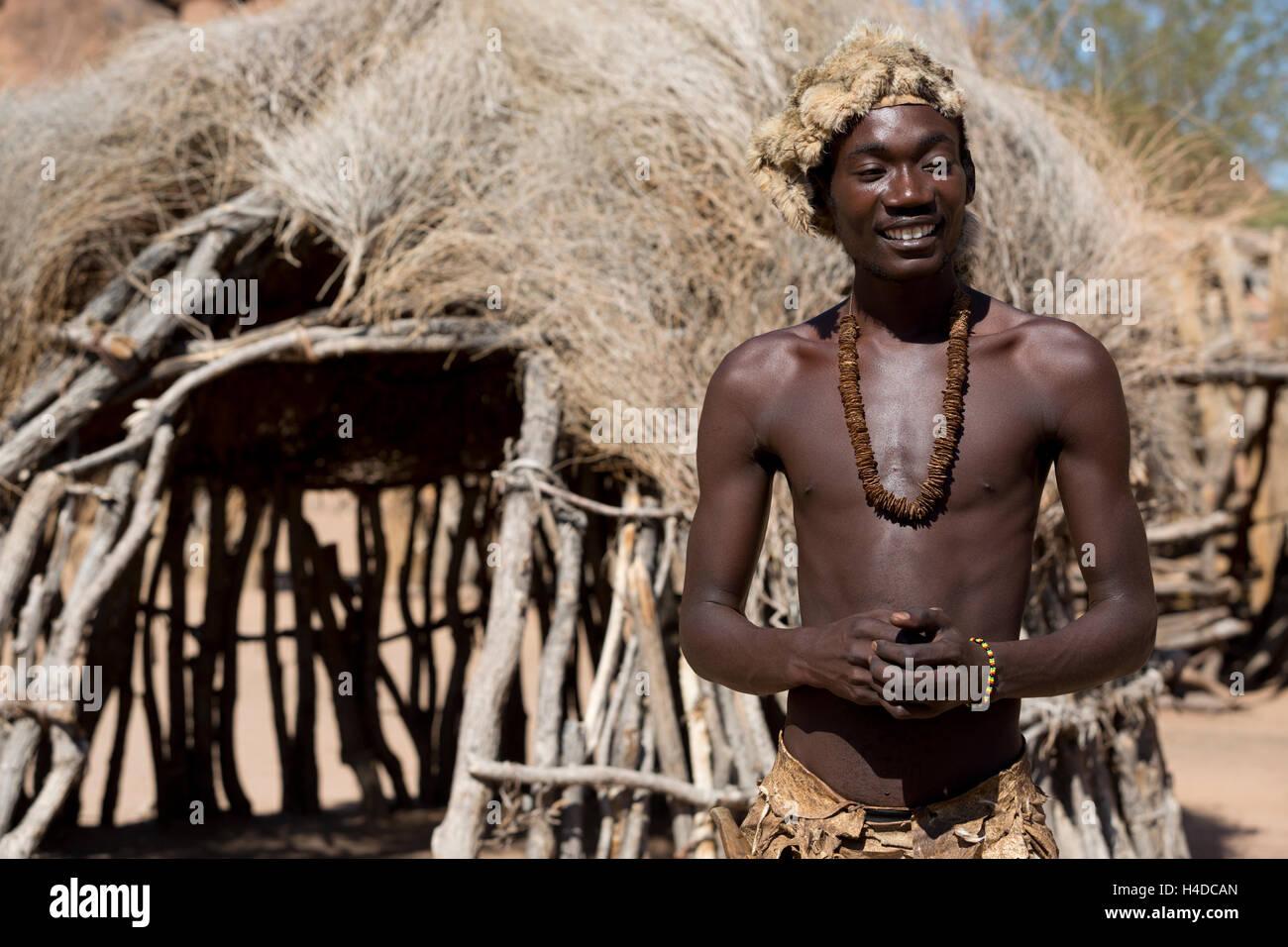 Cazador de África Damara gente permanece cerca de la cabaña en el pueblo de Namibia, Sudáfrica Imagen De Stock