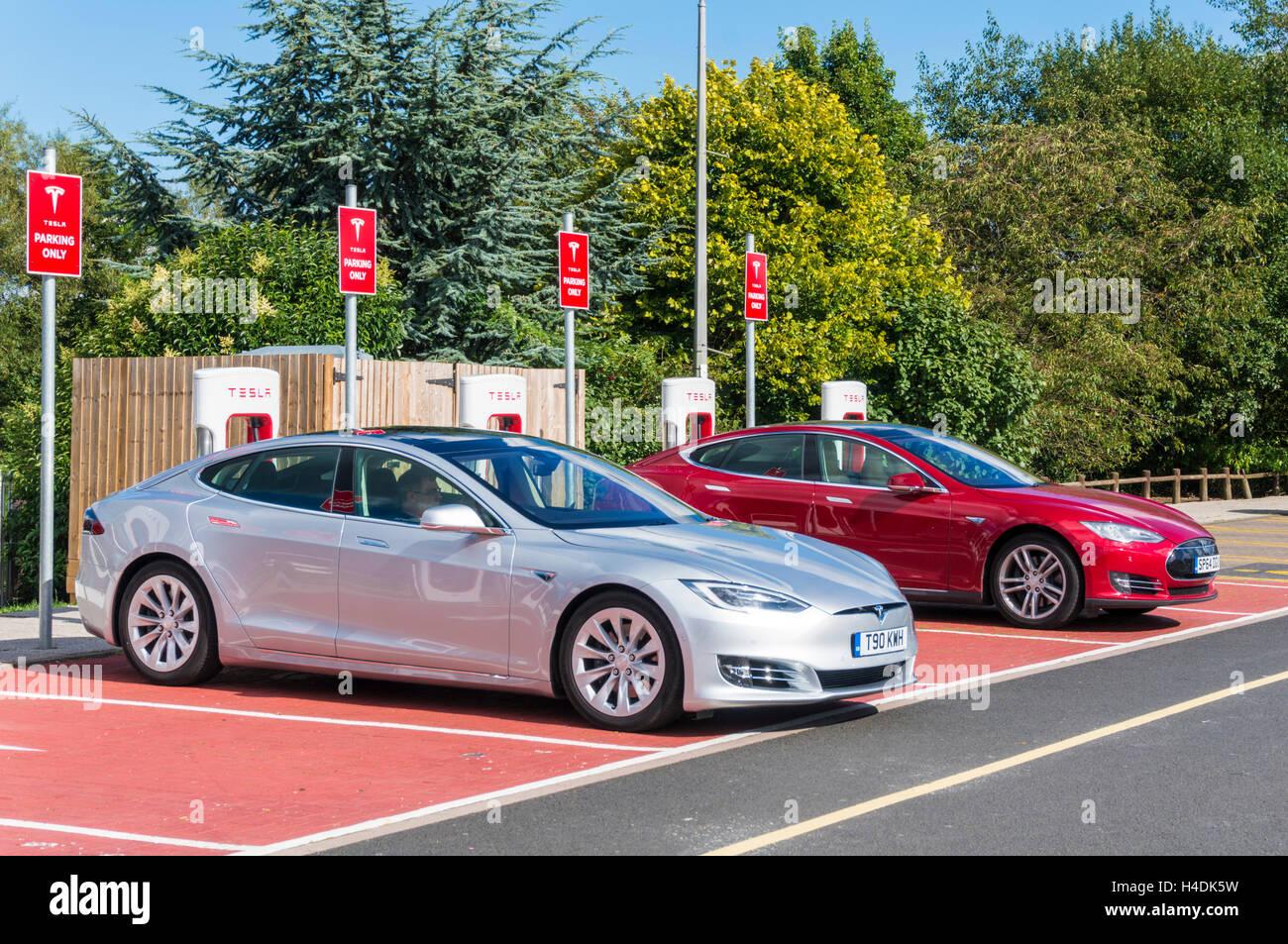Tesla modelo s punto de recarga de coches eléctricos en la estación de servicio Hopwood, Birmingham (Reino Imagen De Stock