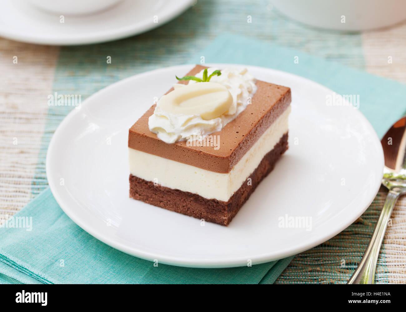 Tres mousse de chocolate cake en una placa blanca. Foto de stock