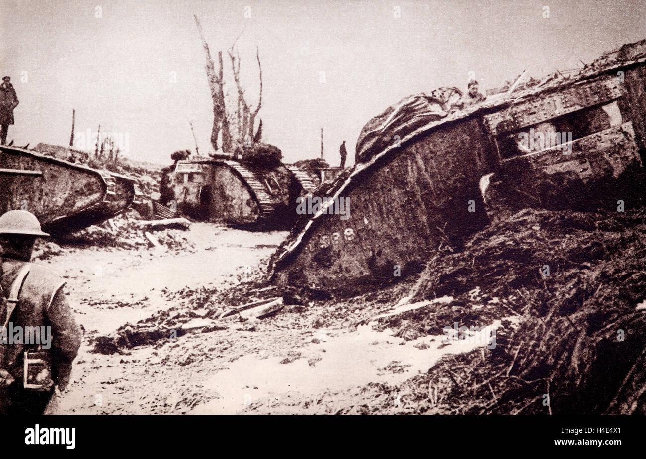Tanques destrozados por los bombardeos durante el gran empuje alemán en marzo de 1918. Expulsó a los aliados a la Marne. En quince días y que provocó la pérdida de 90.000 prisioneros aliados y 1.200 cañones. Foto de stock