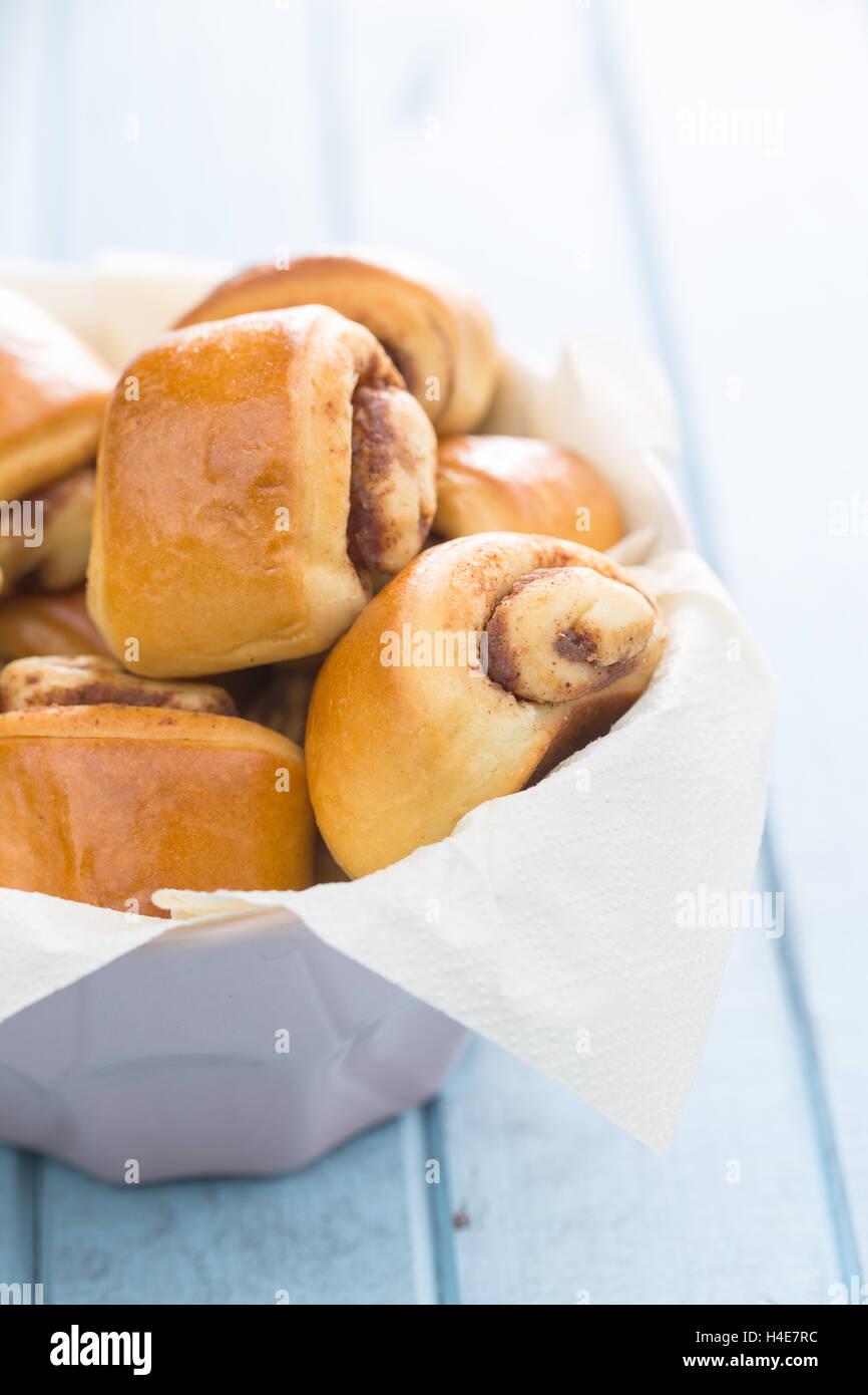 Mini bollos de canela en un tazón. Imagen De Stock