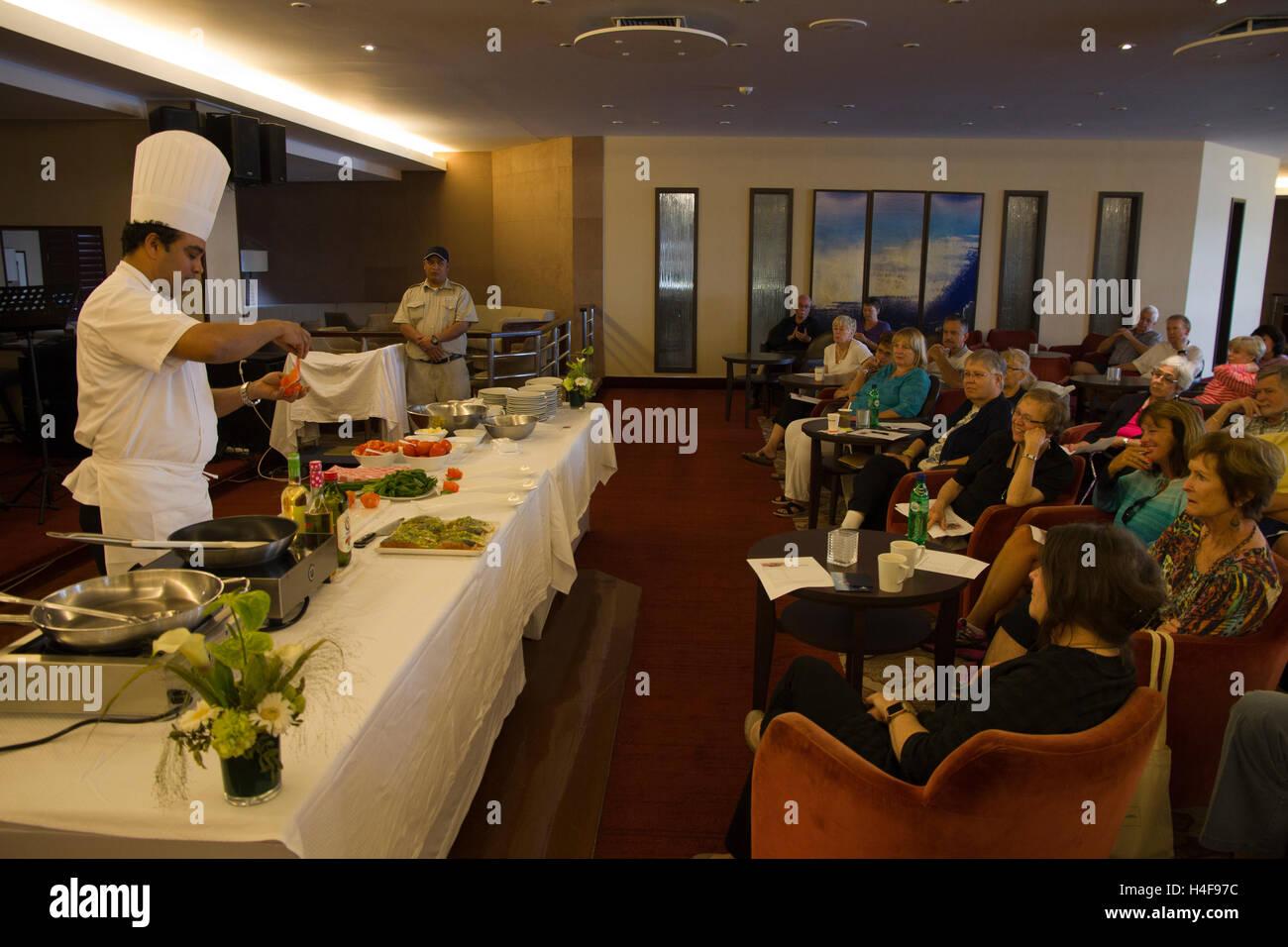 El Chef Ejecutivo Olven Dsouza presenta una demostración de cocina ...