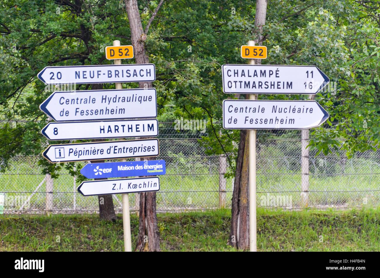 Señal de carretera a la planta de energía nuclear de Fessenheim, Francia Foto de stock