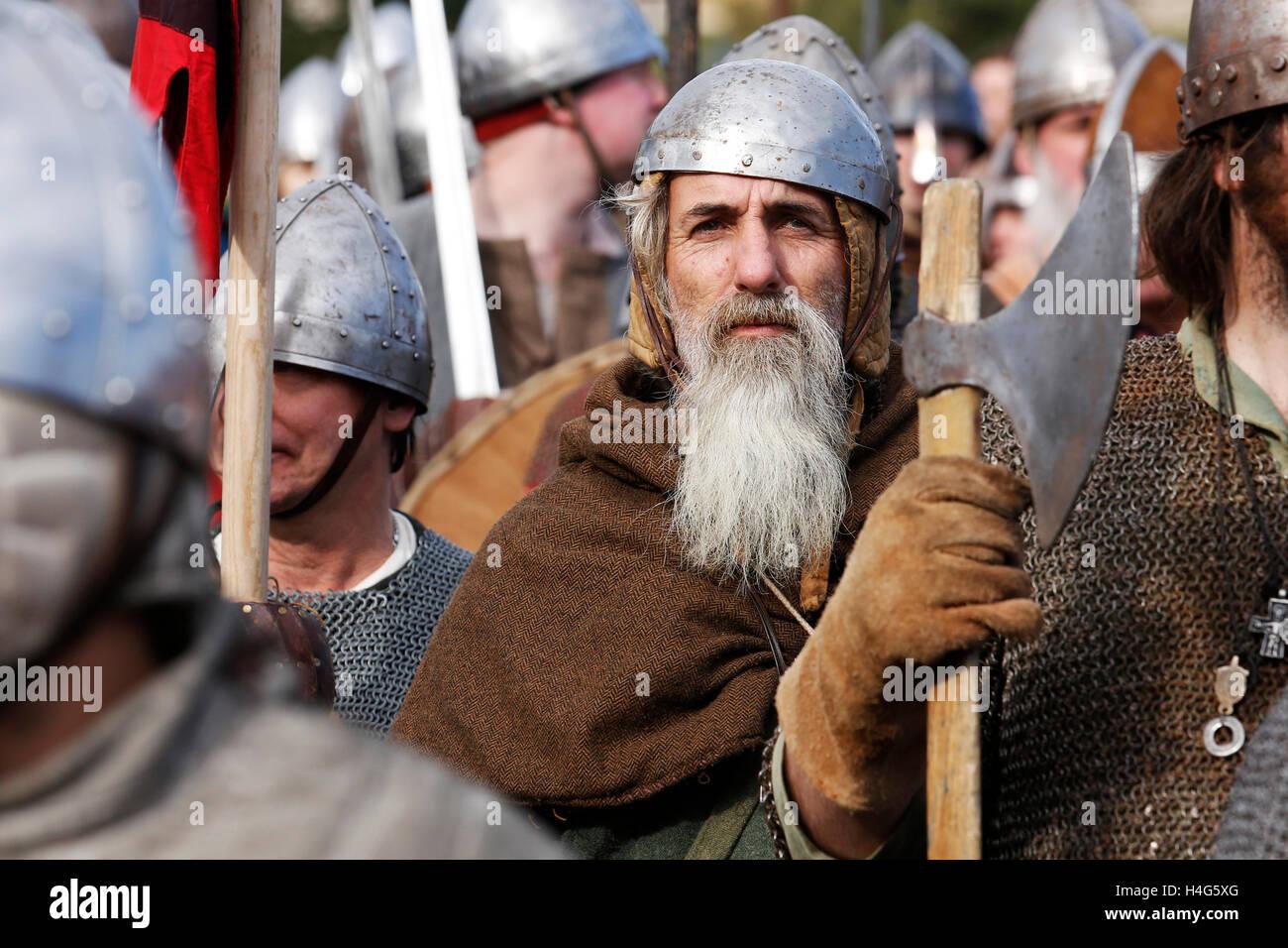 Battle, East Sussex, Reino Unido. 15 de octubre de 2016. Re-enactors vestida como Saxon y Norman soldados realizar Imagen De Stock