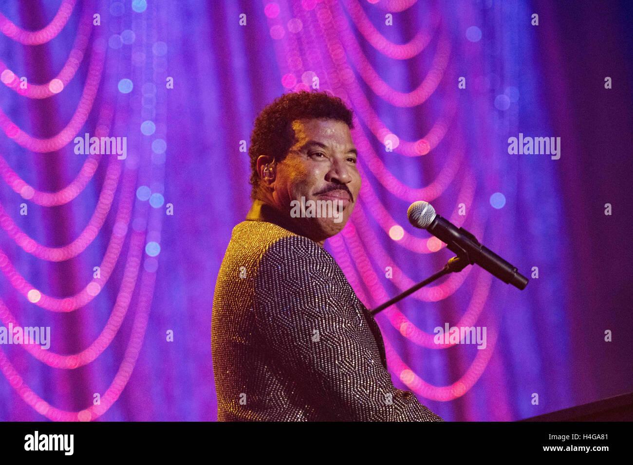 Filadelfia, Pensilvania, Estados Unidos. 15 Oct, 2016. La legendaria cantante Grammy escritor y actor, Lionel Richie, Foto de stock