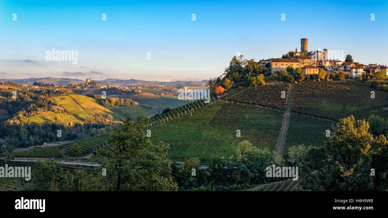 Le Langhe, Castiglione Falletto y Serralunga d Alba Foto de stock