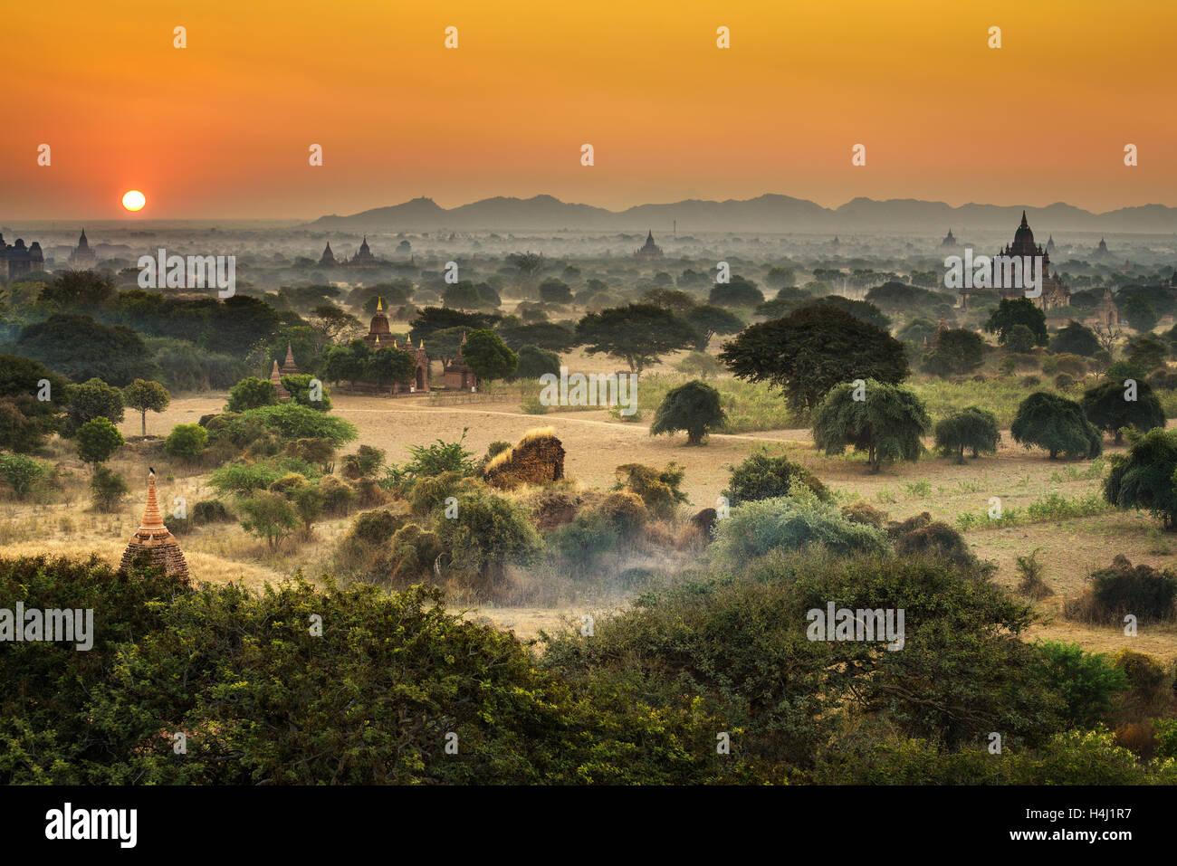 Scenic amanecer encima de bagan en Myanmar. Bagan es una antigua ciudad con miles de templos y estupas budistas Imagen De Stock