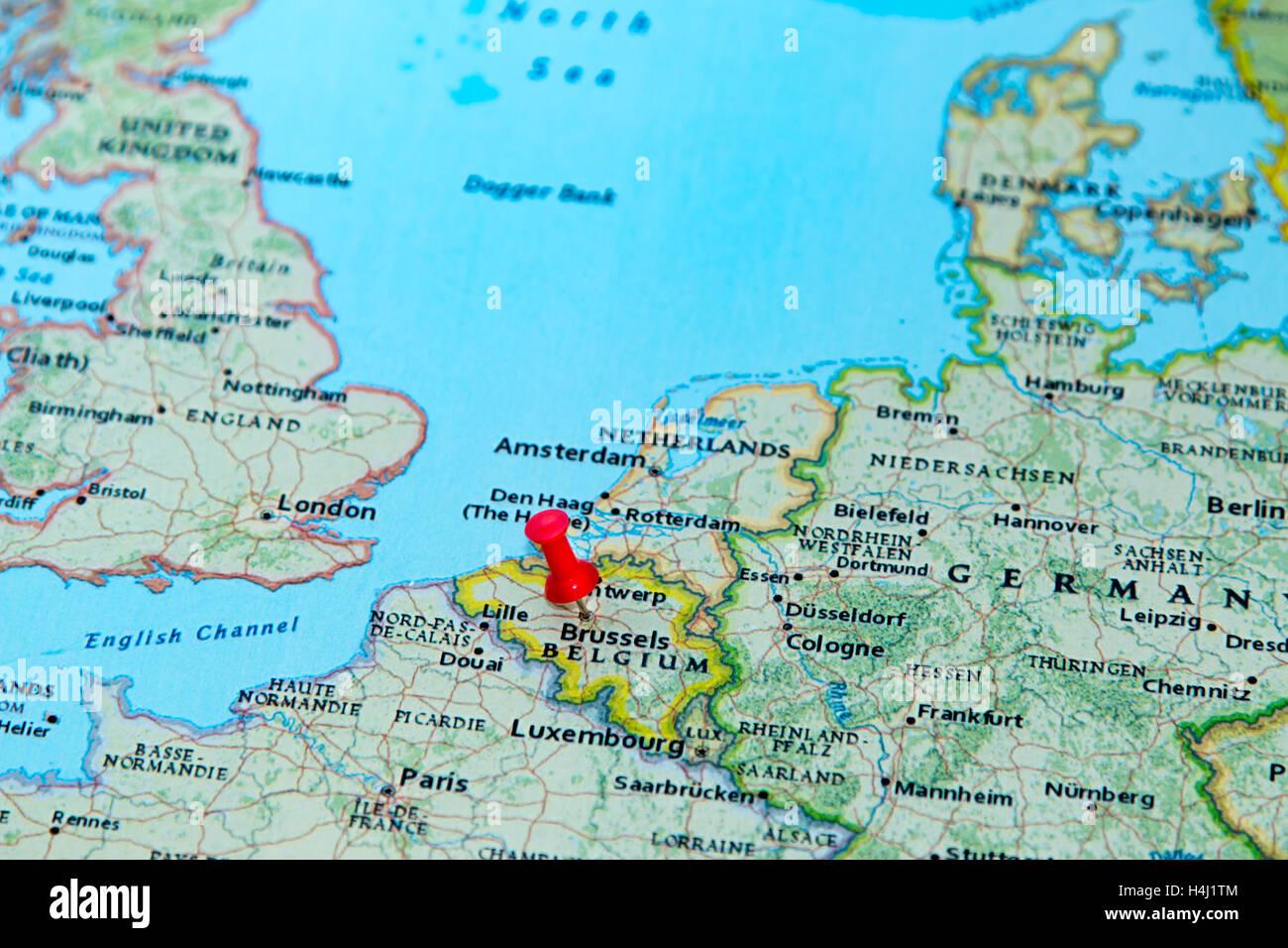 Bruselas Belgica Anclado En Un Mapa De Europa Foto Imagen De
