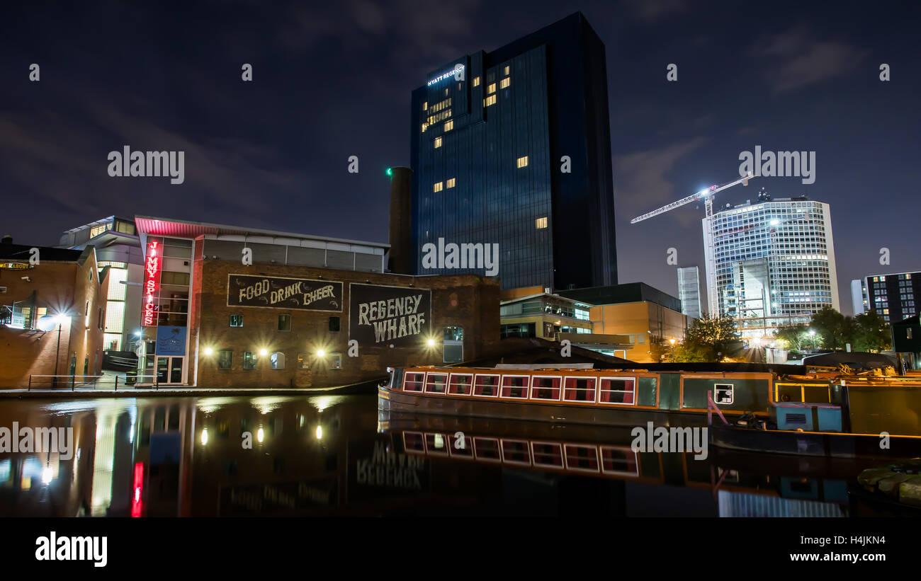 Temprano en la mañana Regency Wharf, la cuenca del canal de Birmingham, Reino Unido. Foto de stock
