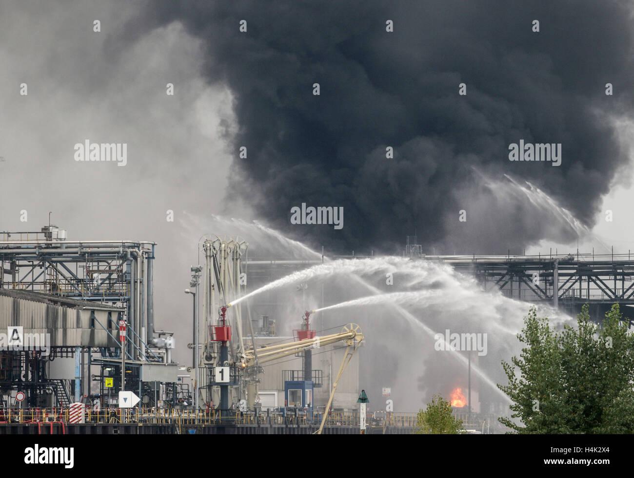 Ludwigshafen, Alemania. 17 Oct, 2016. Heavy snmoke y llamas se alzan a lo largo de los locales de la empresa química Foto de stock