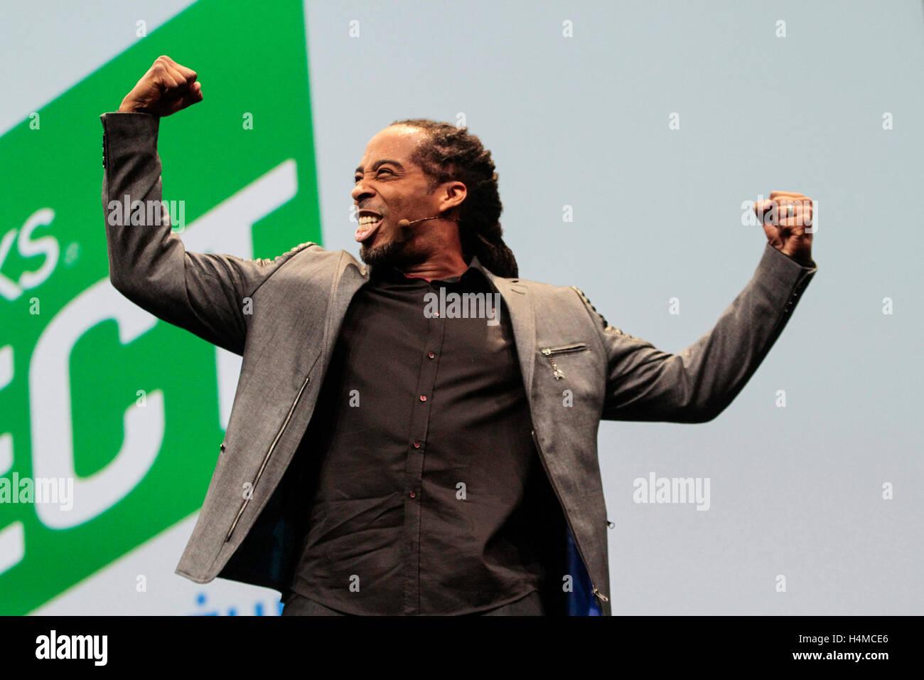 SAN JOSE, CA - 3 Nov: voz poética & empresario Sekou Andrews, habla en la Quickbooks Conectar en el San Jose Convention Foto de stock