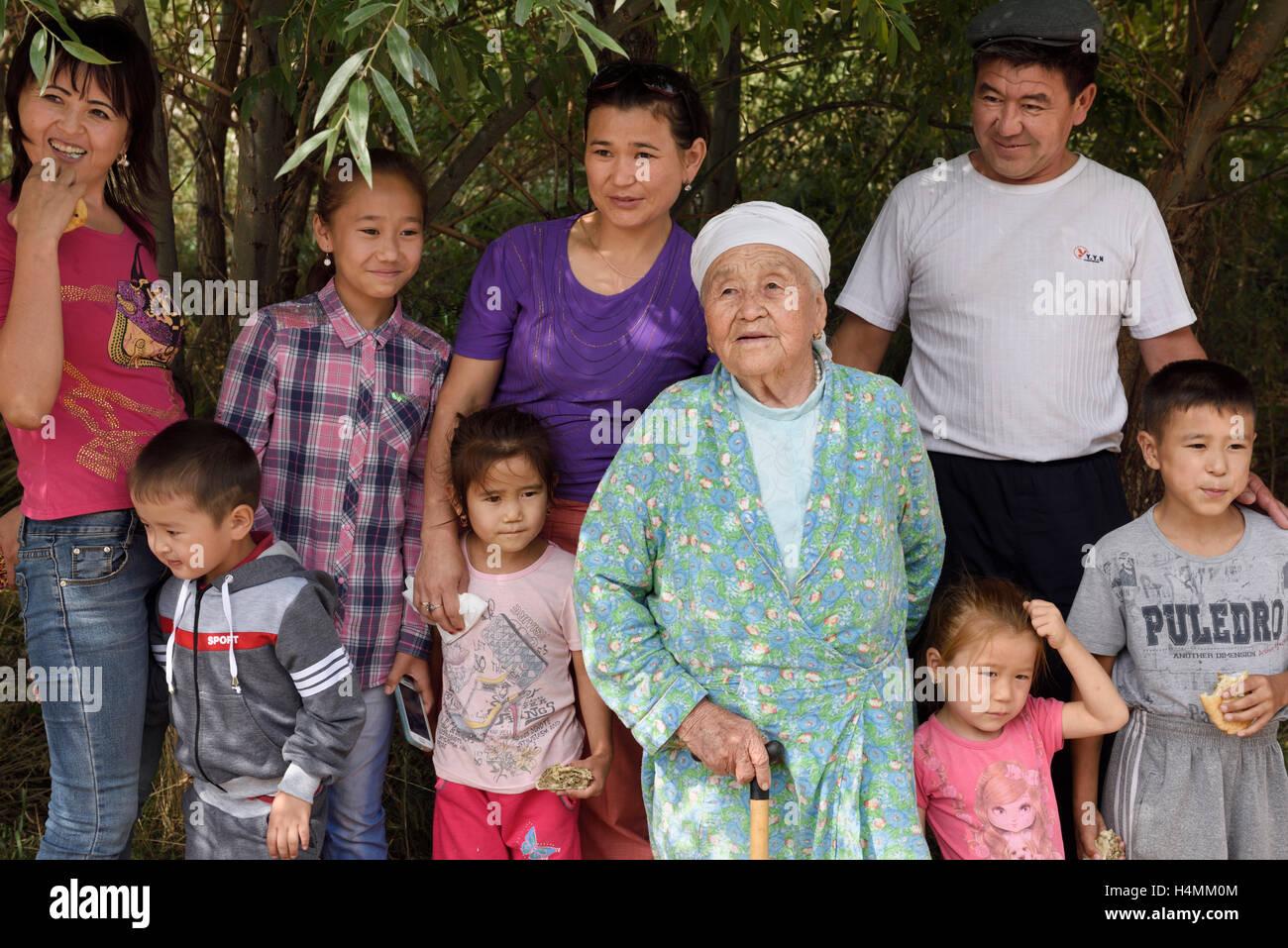 Extendida familia kazaja en una parada de descanso del viaje por carretera hacia el Parque Nacional de Emel Altyn Imagen De Stock