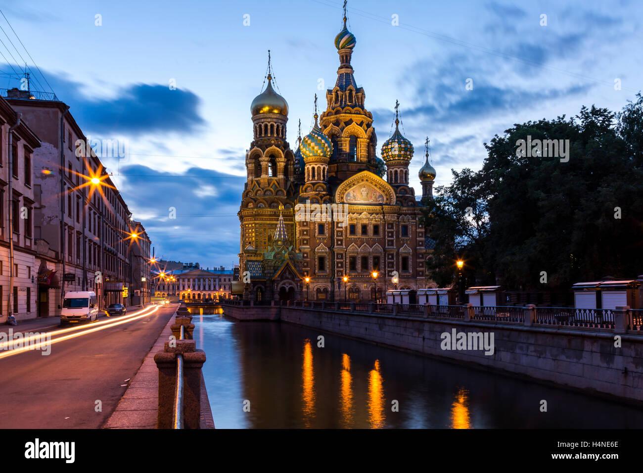 San Petersburgo, Rusia. Julio de 2015. Vista de la Iglesia del Salvador sobre la sangre derramada durante el amanecer. Foto de stock