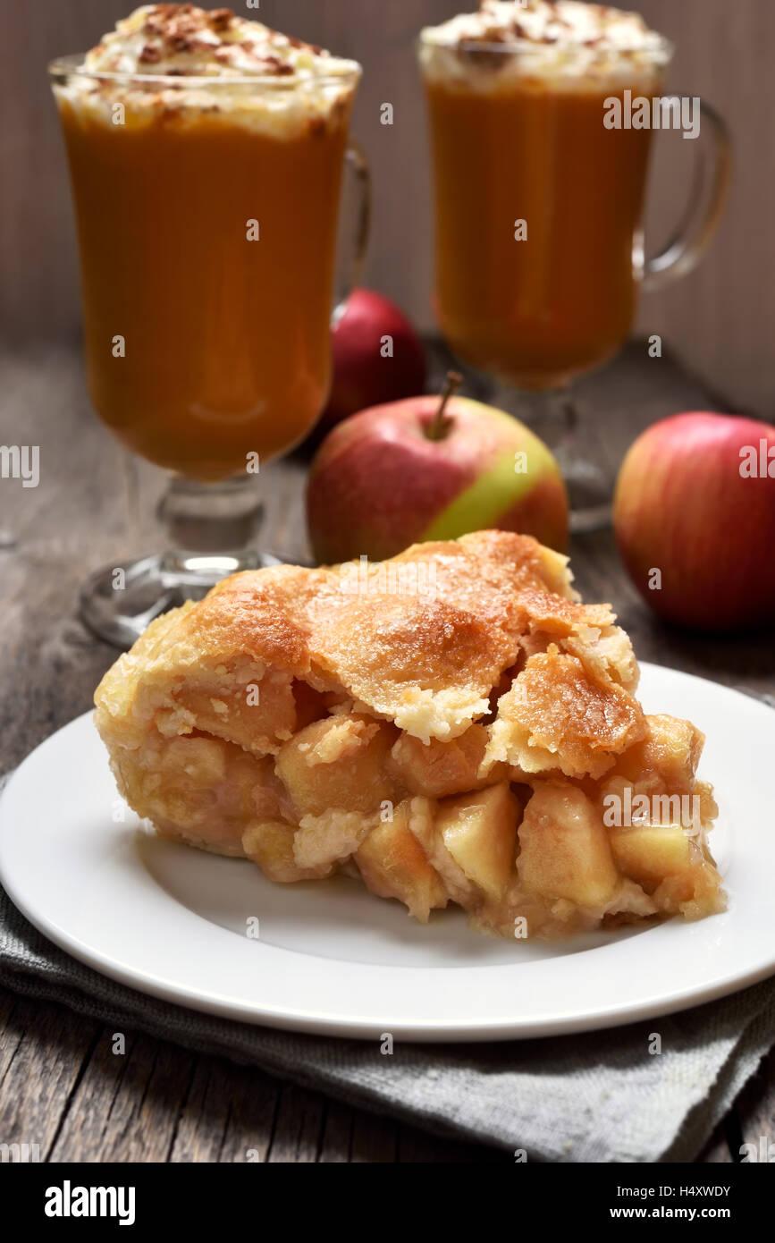 Trozo de manzana en el plato, postre de frutas Imagen De Stock
