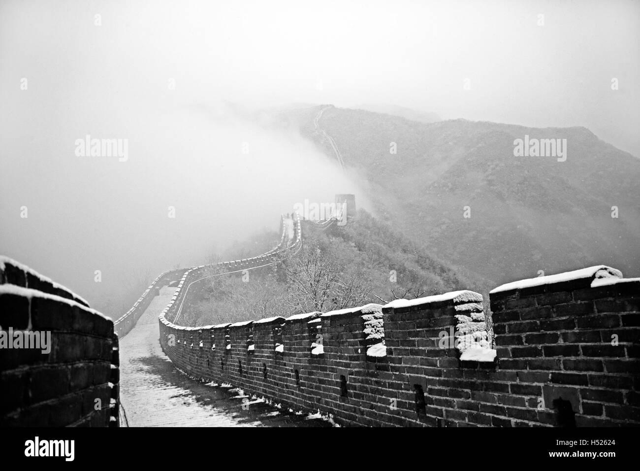 Parte de la sección Mutianyu de la Gran Muralla de China bajo la nieve en invierno en Mutianyu, cerca de Pekín, Imagen De Stock