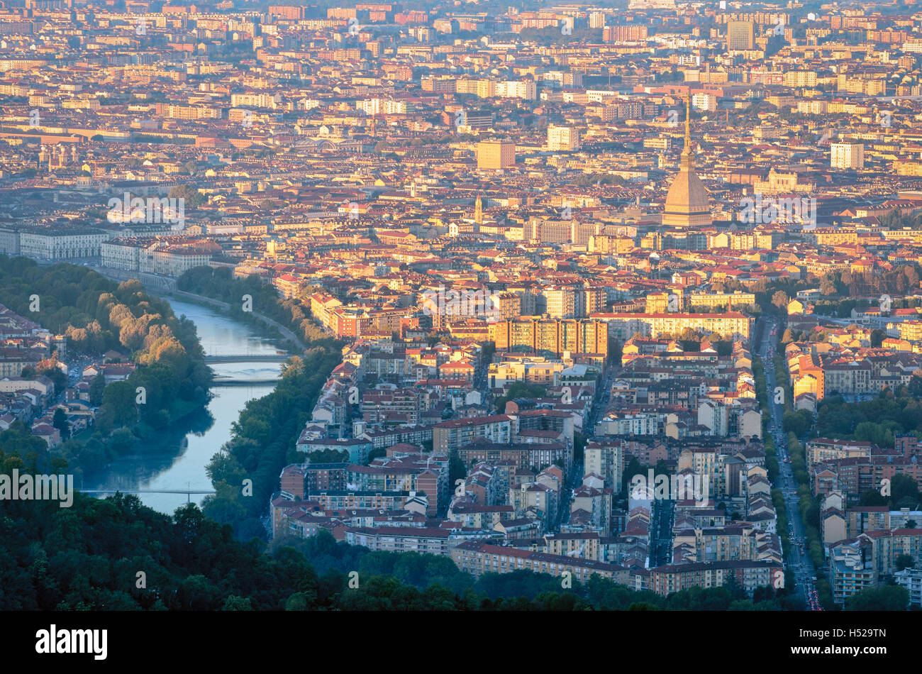 Turín (Torino) panorama al amanecer con la Mole Antonelliana Foto de stock